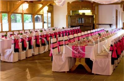 Esküvői dekoráció, székhuzat fekete pink masnival