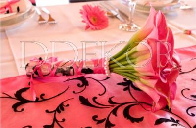 Tömött pink kála menyasszonyi csokor, fekete barokk díszítéssel
