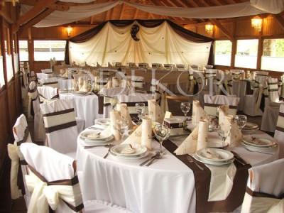 Csokibarna ekrü kerekasztalos esküvői díszítés