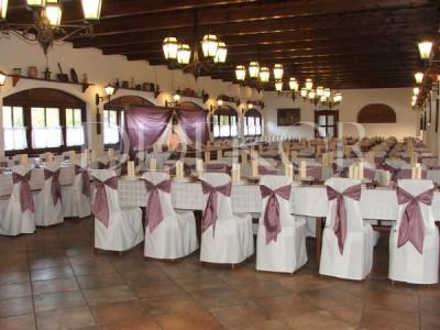 Esküvői díszítés a Biczó Csárdában székhuzat lila masnival