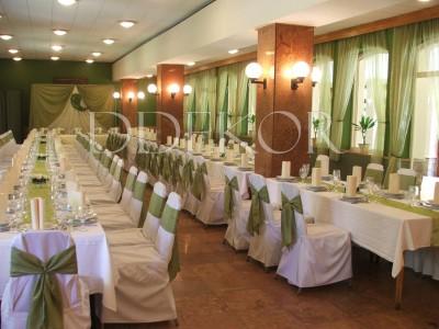 Esküvő dekoráció Dudok Csárda székszoknya zöld masnival