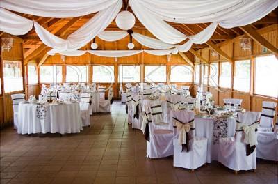 Esküvői dekoráció székszoknya barna ekrü masnival