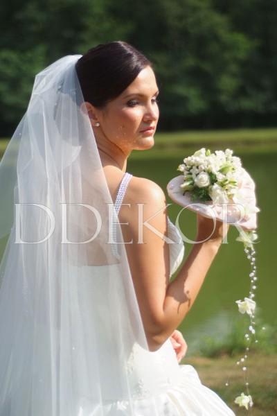 Exkluzív menyasszonyi csokor szív alakú rózsaszirom alapon