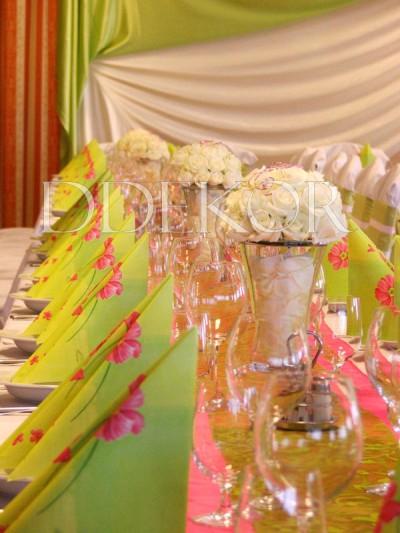 Exkluzív zöld pink díszítés, fehér rózsa asztaldísszel