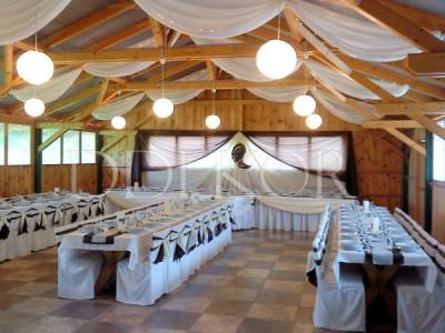 Király Lovastanya Jánoshalma esküvői dekoráció székszoknya barna krém masnival