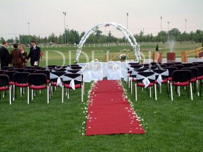 Kunszállás szabadtéri ceremónia pirosszönyeg rózsaszirom