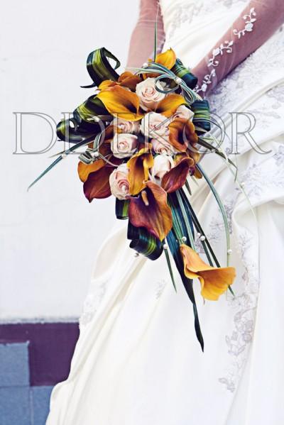 Nyújtott kálás, rózsás menyasszonyi csokor