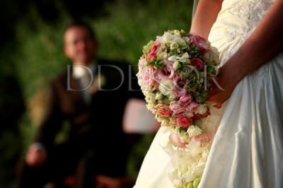 Rózsaszín, fehér gömb menyasszonyi csokor