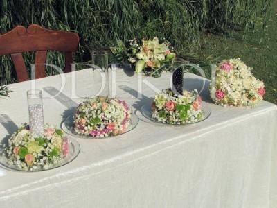 Szabadtéri ceremónia gravírozott üvegvázák gyöngyöntéshez