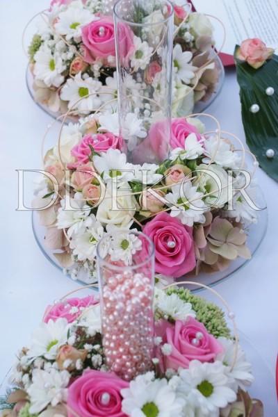 Szabadtéri ceremónia gravírozott üvegvázák gyöngyöntéshez rózsaszín virággal