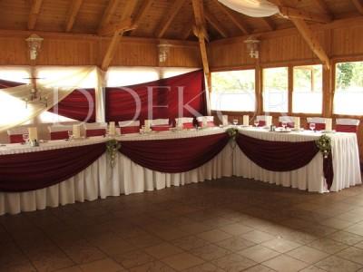 Lakodalmi dekoráció U-alakú főasztal