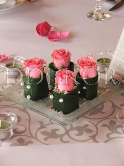 Üvegtálas asztaldísz rózsával