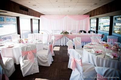 Zsófia Rendezvényhajó virágdekoráció székszoknya rózsaszín masnival